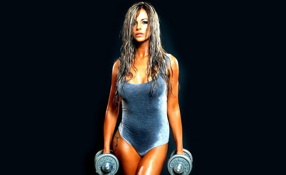 накачать грудные мышцы гантелями