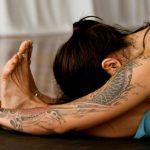 Поза йоги — наклон из положения сидя